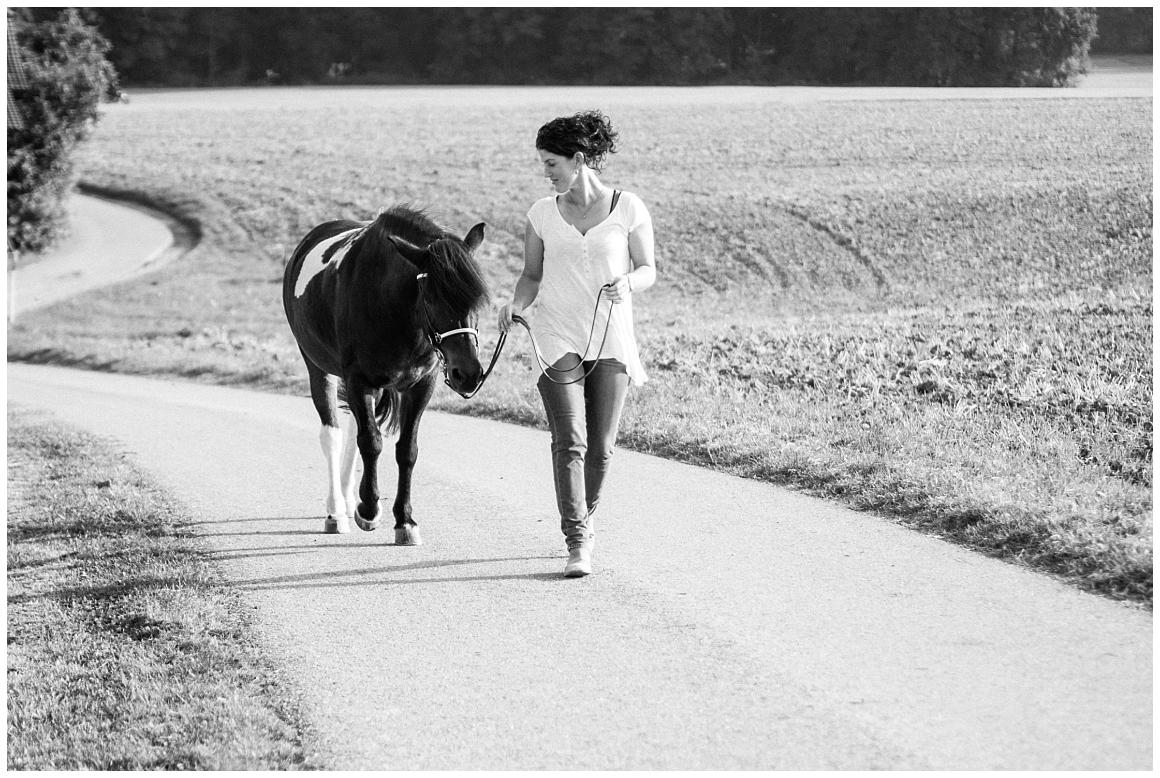 portraitfotos-mit-pferd-pferdefotograf-münchen-rosenheim-natürliche-fotos-katrin-kind-photography_0029.jpg