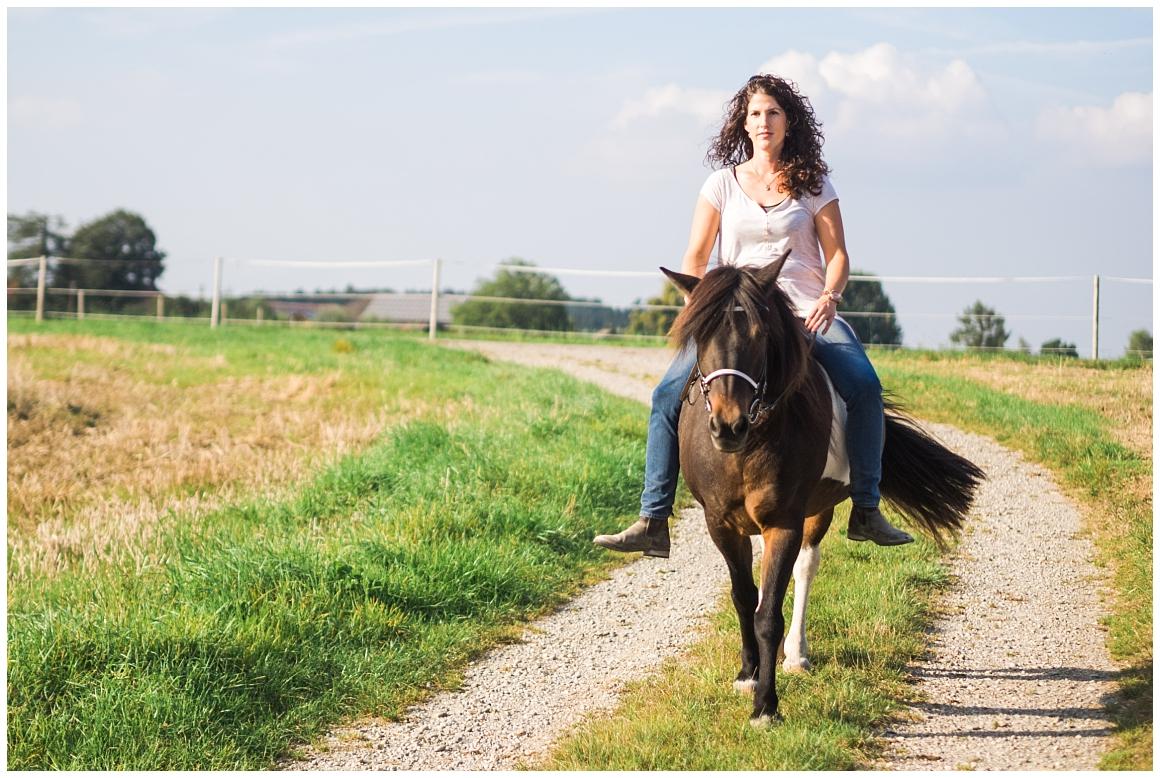 portraitfotos-mit-pferd-pferdefotograf-münchen-rosenheim-natürliche-fotos-katrin-kind-photography_0022.jpg