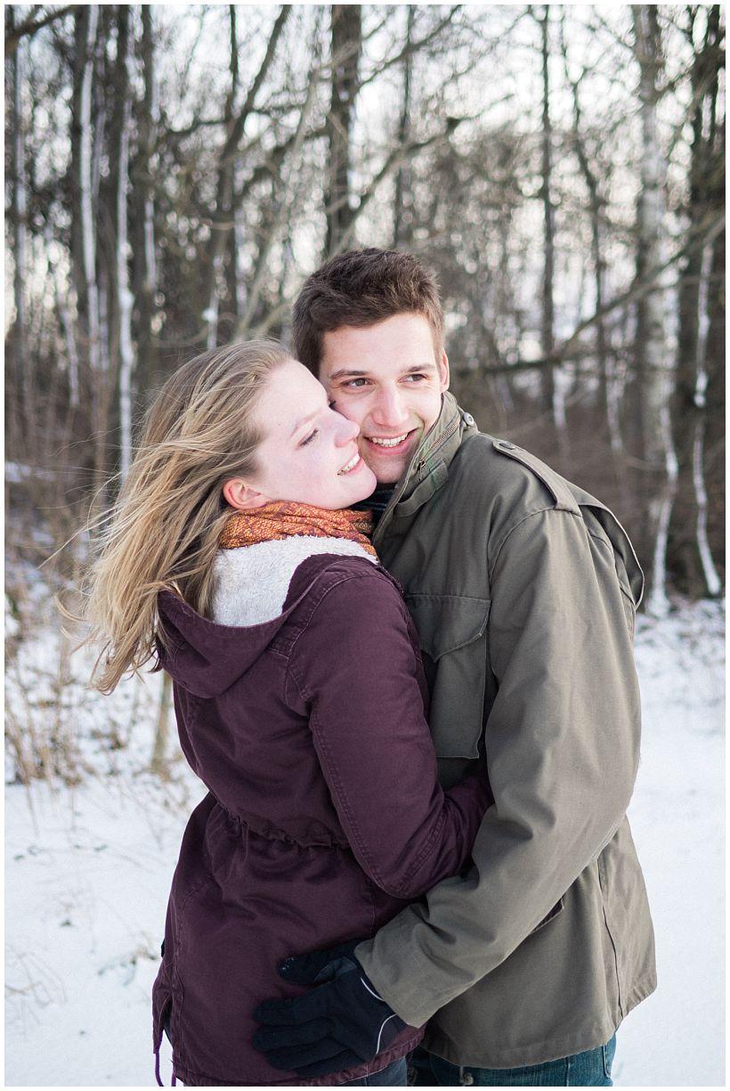 portraitfotograf-winterfotoshooting-winterportrait-paarportrait-paarfotos-pärchenfotos-natürliche-portraitfotos-münchen-rosenheim-by-katrin-kind-photography_0006.jpg