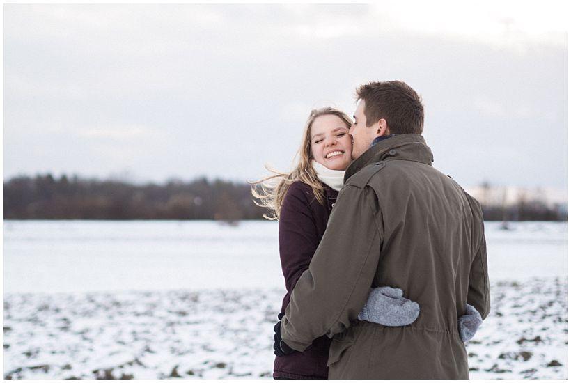 portraitfotograf-winterfotoshooting-winterportrait-paarportrait-paarfotos-pärchenfotos-natürliche-portraitfotos-münchen-rosenheim-by-katrin-kind-photography_0031.jpg