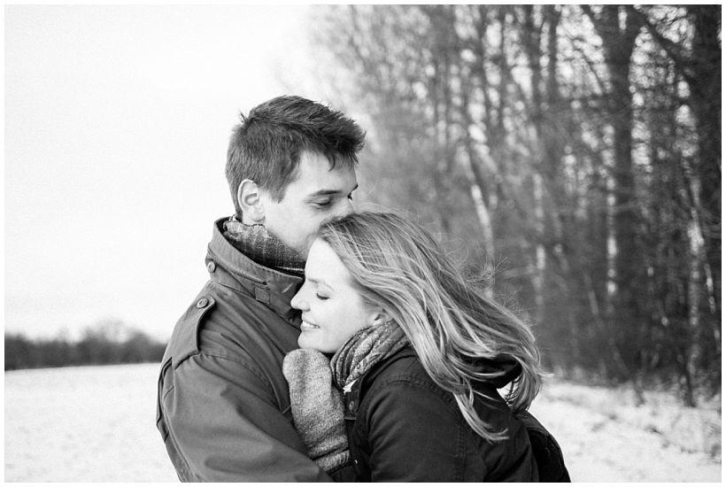 portraitfotograf-winterfotoshooting-winterportrait-paarportrait-paarfotos-pärchenfotos-natürliche-portraitfotos-münchen-rosenheim-by-katrin-kind-photography_0009.jpg