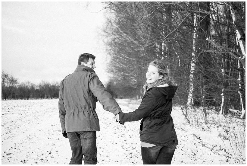 portraitfotograf-winterfotoshooting-winterportrait-paarportrait-paarfotos-pärchenfotos-natürliche-portraitfotos-münchen-rosenheim-by-katrin-kind-photography_0012.jpg