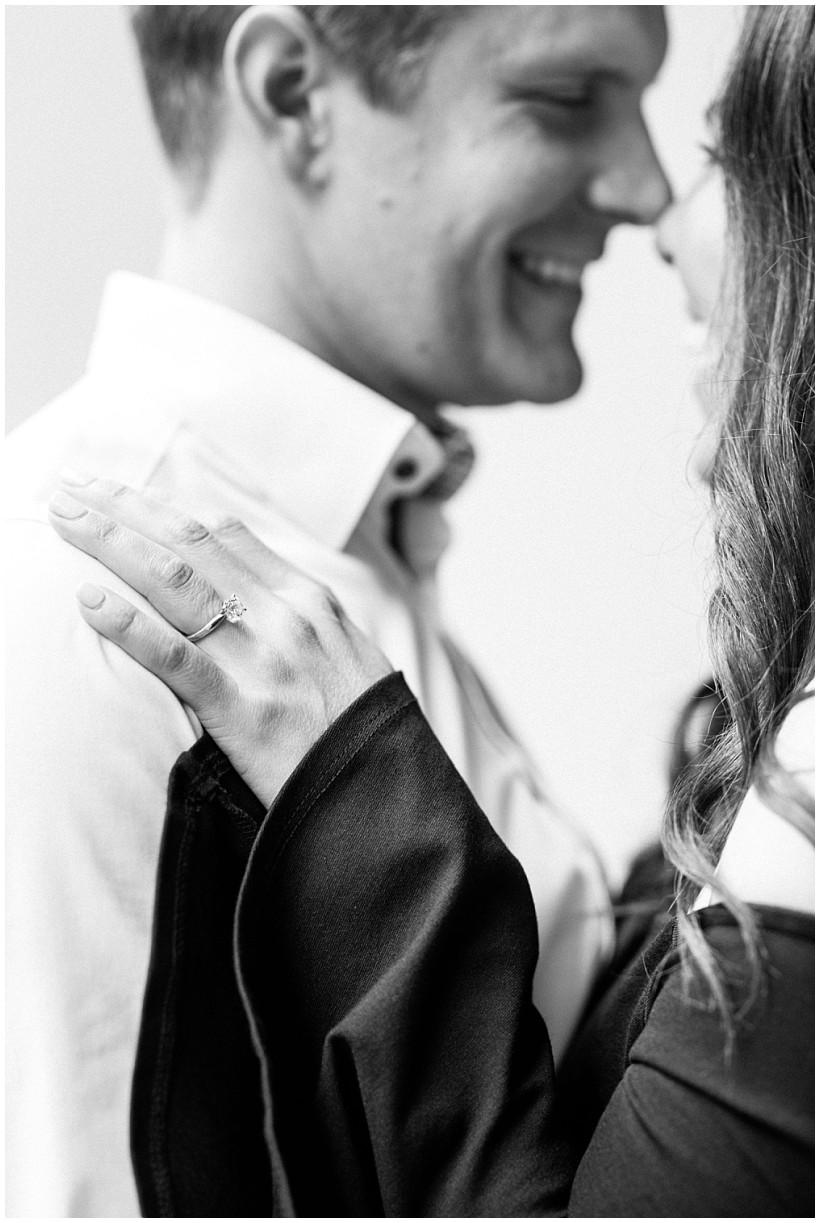 fotoshooting-engagement-session-verlobungsshooting-verlobungsfotos-hofgarten-fünf-höfe-münchen-munich-natürliche-portraitfotos-by-katrin-kind-photography_0015.jpg