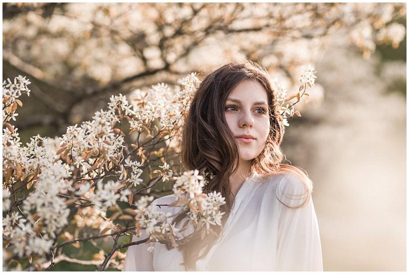 Frau mit Kirschblüten im Westpark München
