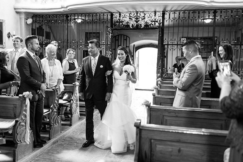 Braut wird vom Vater zum Altar geführt