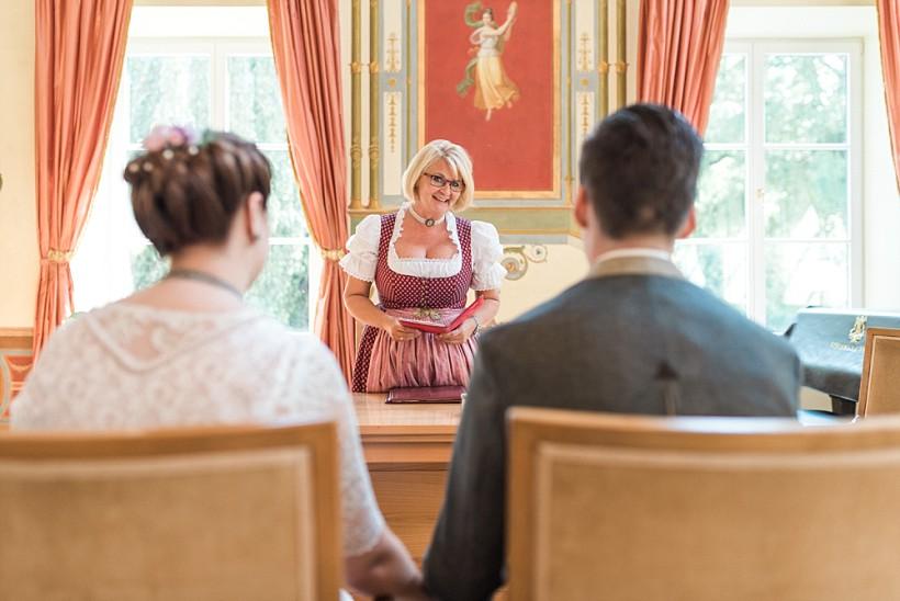 hochzeitsfotograf-standesamtliche-hochzeit-in-tracht-standesamt-rathaus-schloss-ismaning-münchen-rosenheim-civil-wedding-katrin-kind-photography_0013.jpg