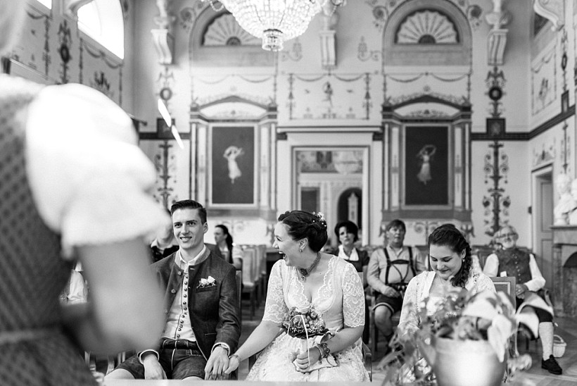 hochzeitsfotograf-standesamtliche-hochzeit-in-tracht-standesamt-rathaus-schloss-ismaning-münchen-rosenheim-civil-wedding-katrin-kind-photography_0014.jpg