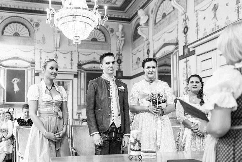 hochzeitsfotograf-standesamtliche-hochzeit-in-tracht-standesamt-rathaus-schloss-ismaning-münchen-rosenheim-civil-wedding-katrin-kind-photography_0018.jpg