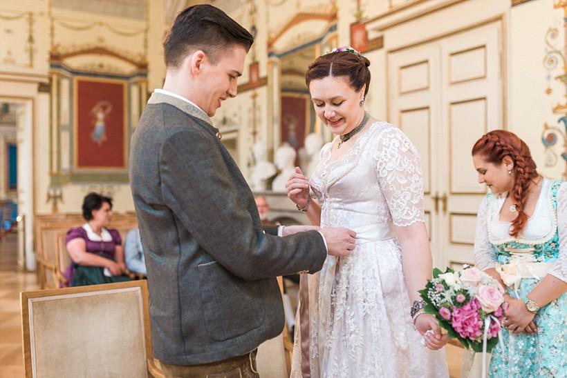 hochzeitsfotograf-standesamtliche-hochzeit-in-tracht-standesamt-rathaus-schloss-ismaning-münchen-rosenheim-civil-wedding-katrin-kind-photography_0020.jpg