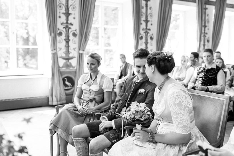 hochzeitsfotograf-standesamtliche-hochzeit-in-tracht-standesamt-rathaus-schloss-ismaning-münchen-rosenheim-civil-wedding-katrin-kind-photography_0025.jpg