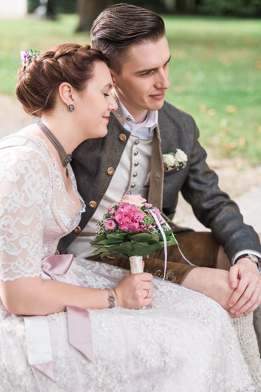 hochzeitsfotograf-standesamtliche-hochzeit-in-tracht-standesamt-rathaus-schloss-ismaning-münchen-rosenheim-civil-wedding-katrin-kind-photography_0034.jpg