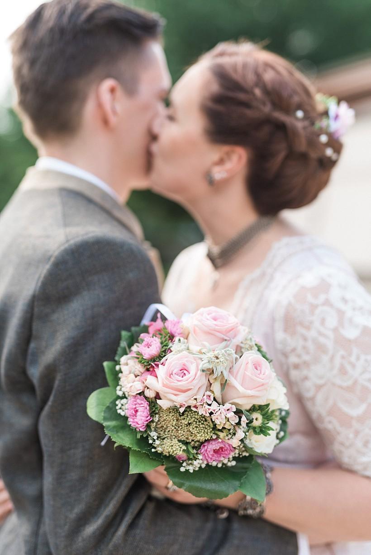 hochzeitsfotograf-standesamtliche-hochzeit-in-tracht-standesamt-rathaus-schloss-ismaning-münchen-rosenheim-civil-wedding-katrin-kind-photography_0042.jpg