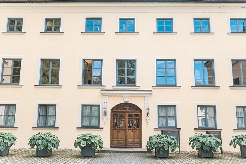 hochzeitsfotograf-standesamtliche-hochzeit-in-tracht-standesamt-rathaus-schloss-ismaning-münchen-rosenheim-civil-wedding-katrin-kind-photography_0000.jpg