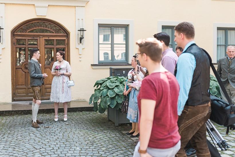 hochzeitsfotograf-standesamtliche-hochzeit-in-tracht-standesamt-rathaus-schloss-ismaning-münchen-rosenheim-civil-wedding-katrin-kind-photography_0001.jpg