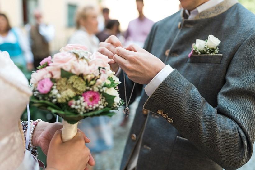 hochzeitsfotograf-standesamtliche-hochzeit-in-tracht-standesamt-rathaus-schloss-ismaning-münchen-rosenheim-civil-wedding-katrin-kind-photography_0003.jpg