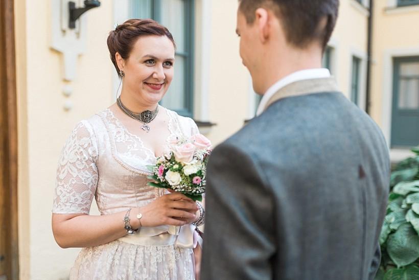 hochzeitsfotograf-standesamtliche-hochzeit-in-tracht-standesamt-rathaus-schloss-ismaning-münchen-rosenheim-civil-wedding-katrin-kind-photography_0005.jpg
