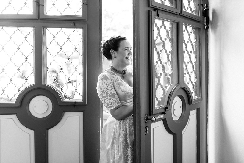 hochzeitsfotograf-standesamtliche-hochzeit-in-tracht-standesamt-rathaus-schloss-ismaning-münchen-rosenheim-civil-wedding-katrin-kind-photography_0007.jpg