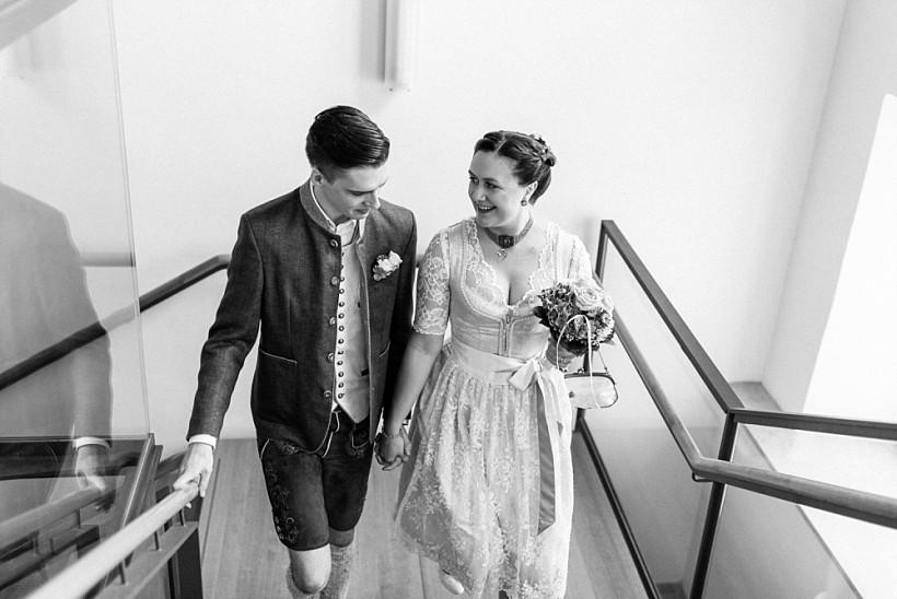 hochzeitsfotograf-standesamtliche-hochzeit-in-tracht-standesamt-rathaus-schloss-ismaning-münchen-rosenheim-civil-wedding-katrin-kind-photography_0008.jpg