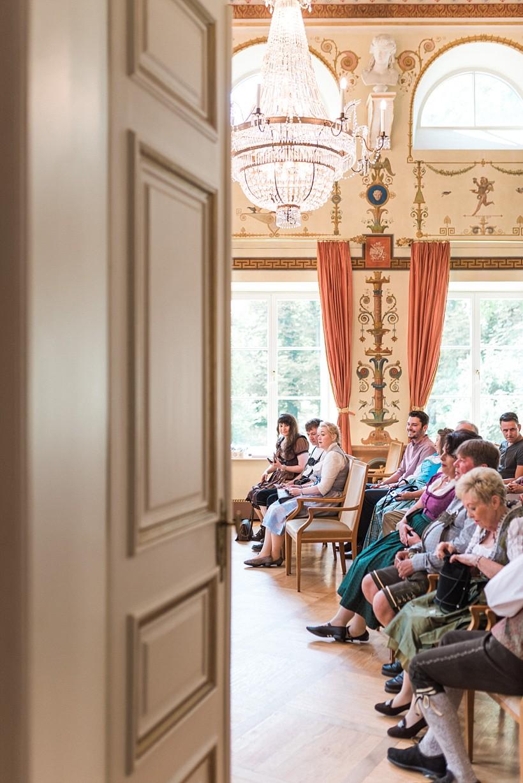 hochzeitsfotograf-standesamtliche-hochzeit-in-tracht-standesamt-rathaus-schloss-ismaning-münchen-rosenheim-civil-wedding-katrin-kind-photography_0009.jpg