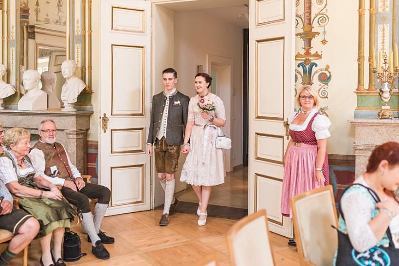 hochzeitsfotograf-standesamtliche-hochzeit-in-tracht-standesamt-rathaus-schloss-ismaning-münchen-rosenheim-civil-wedding-katrin-kind-photography_0010.jpg