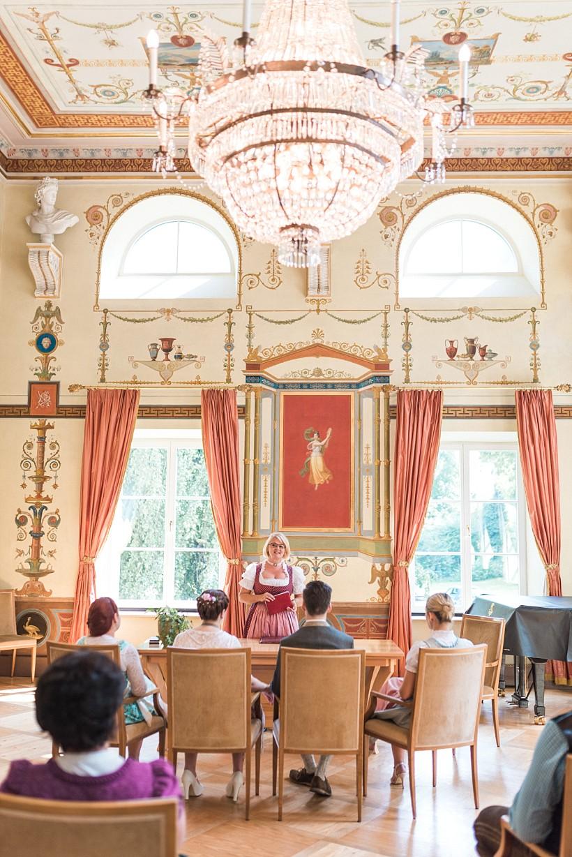 hochzeitsfotograf-standesamtliche-hochzeit-in-tracht-standesamt-rathaus-schloss-ismaning-münchen-rosenheim-civil-wedding-katrin-kind-photography_0015.jpg