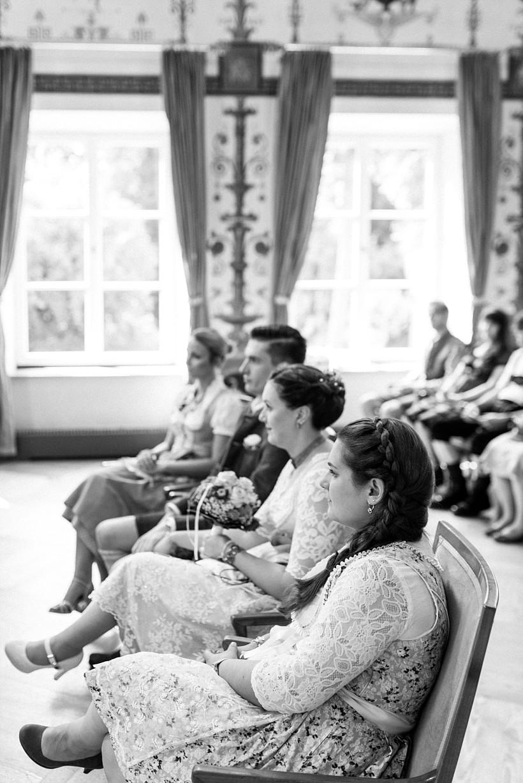 hochzeitsfotograf-standesamtliche-hochzeit-in-tracht-standesamt-rathaus-schloss-ismaning-münchen-rosenheim-civil-wedding-katrin-kind-photography_0016.jpg