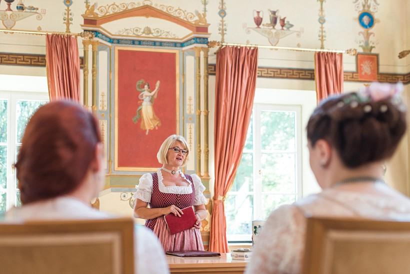 hochzeitsfotograf-standesamtliche-hochzeit-in-tracht-standesamt-rathaus-schloss-ismaning-münchen-rosenheim-civil-wedding-katrin-kind-photography_0017.jpg