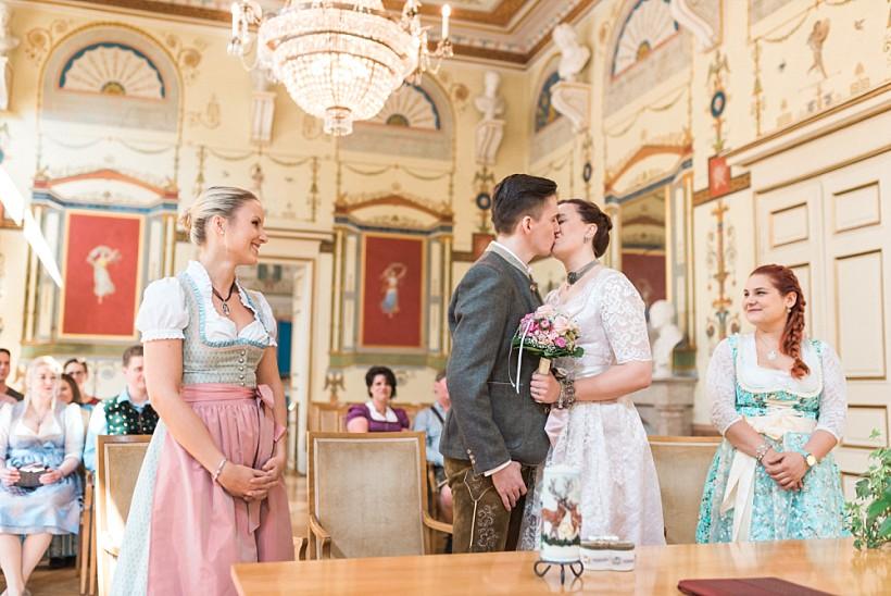 hochzeitsfotograf-standesamtliche-hochzeit-in-tracht-standesamt-rathaus-schloss-ismaning-münchen-rosenheim-civil-wedding-katrin-kind-photography_0019.jpg