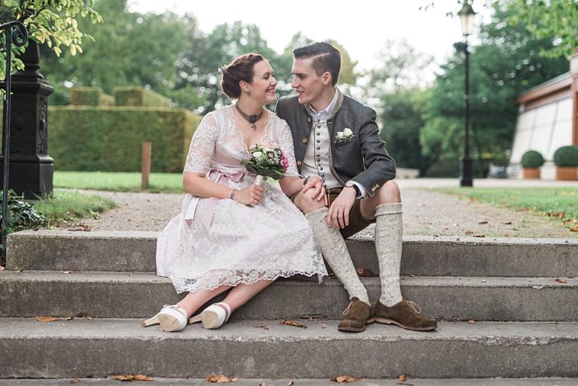 hochzeitsfotograf-standesamtliche-hochzeit-in-tracht-standesamt-rathaus-schloss-ismaning-münchen-rosenheim-civil-wedding-katrin-kind-photography_0033.jpg