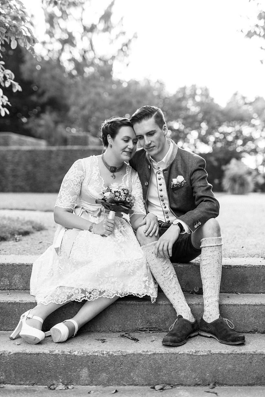 hochzeitsfotograf-standesamtliche-hochzeit-in-tracht-standesamt-rathaus-schloss-ismaning-münchen-rosenheim-civil-wedding-katrin-kind-photography_0037.jpg