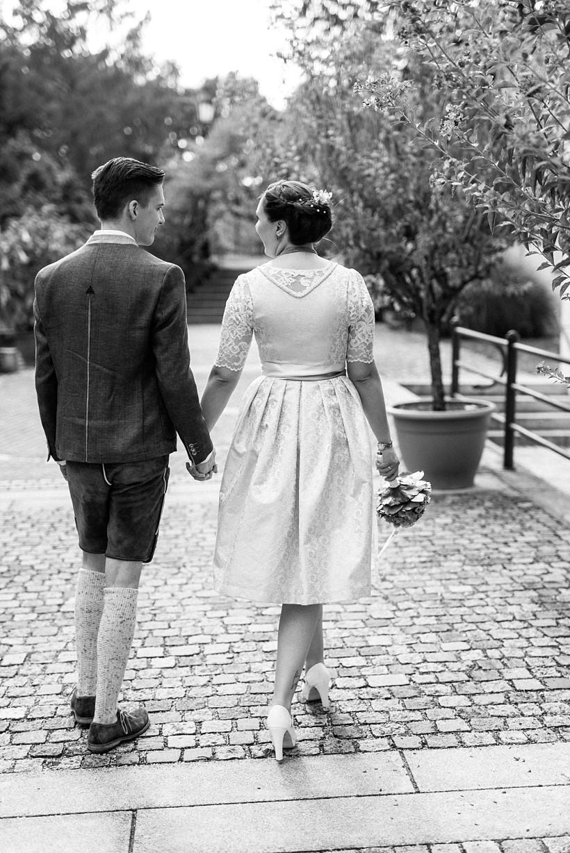 hochzeitsfotograf-standesamtliche-hochzeit-in-tracht-standesamt-rathaus-schloss-ismaning-münchen-rosenheim-civil-wedding-katrin-kind-photography_0041.jpg