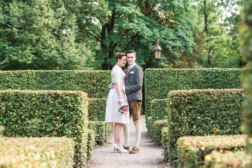 hochzeitsfotograf-standesamtliche-hochzeit-in-tracht-standesamt-rathaus-schloss-ismaning-münchen-rosenheim-civil-wedding-katrin-kind-photography_0044.jpg
