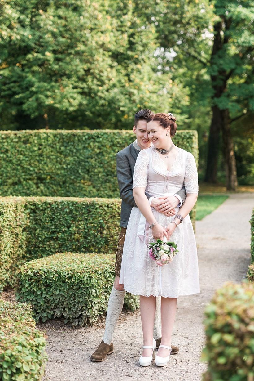 hochzeitsfotograf-standesamtliche-hochzeit-in-tracht-standesamt-rathaus-schloss-ismaning-münchen-rosenheim-civil-wedding-katrin-kind-photography_0047.jpg