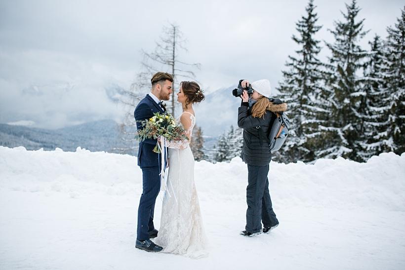 Hochzeitsfotografin fotografiert Winterhochzeit