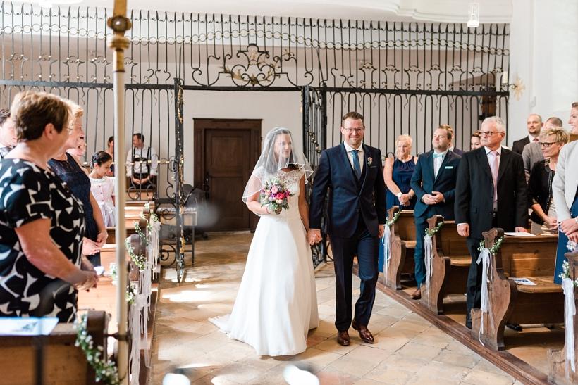 Hochzeitspaar kommt in die Kirche