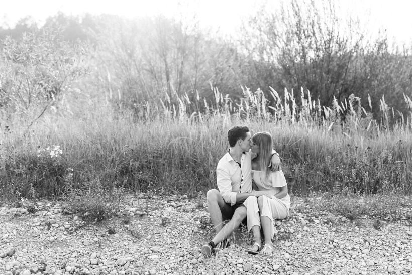 Verliebtes Paar an der Isar
