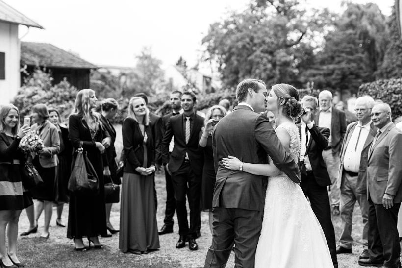 Hochzeitspaar bei der Gratulation