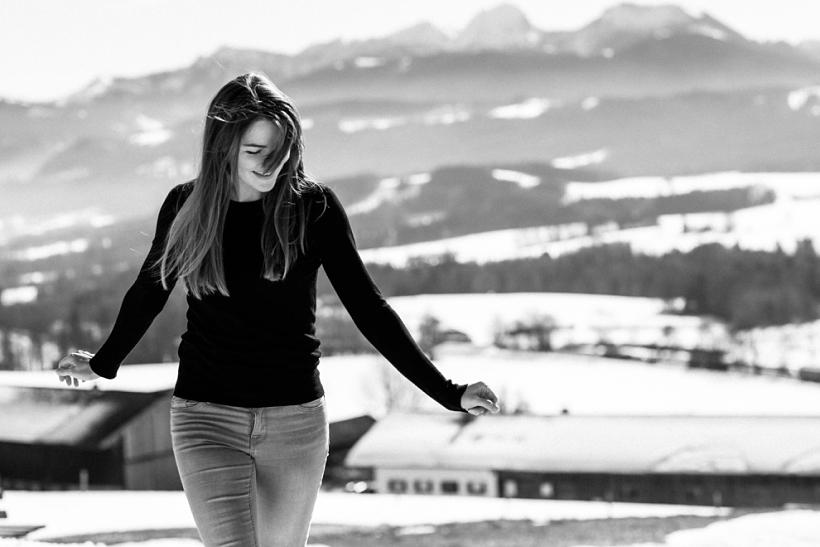 junge Frau vor Bergkulisse am Irschenberg