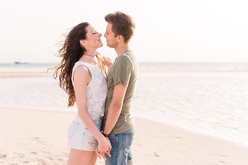 Fotos von einem verliebten Pärchen am Strand