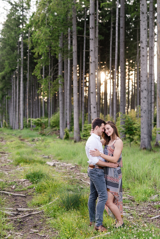 Pärchenfotos im Wald bei Sonnenuntergang