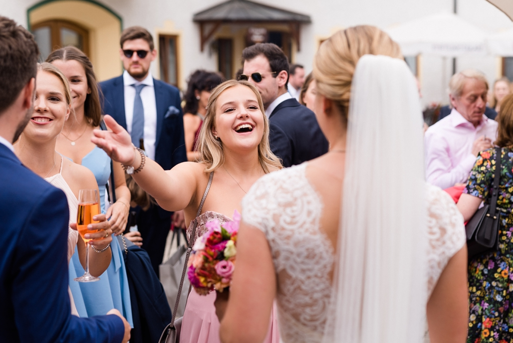 Hochzeitsfotos im Schlosspark Ismaning mit Trauung in der St. Valentin Kirche Unterföhring und Feier im Eventstadl Burgmair in Neuching