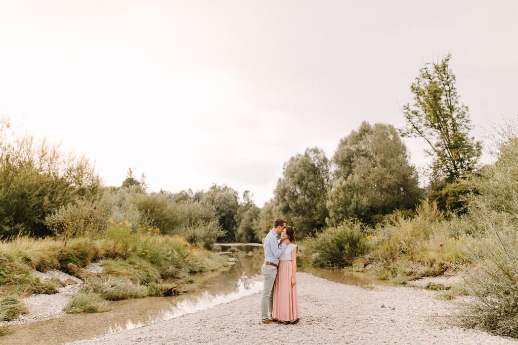 Verlobungsfotos an der Isar bei München
