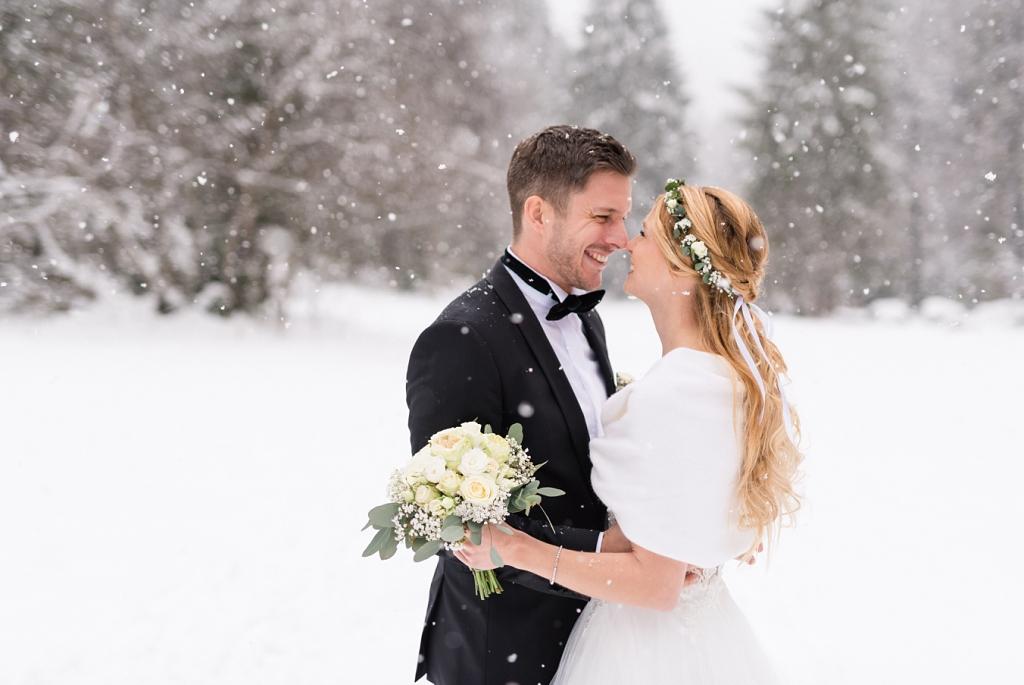 Hochzeitspaar im Schnee